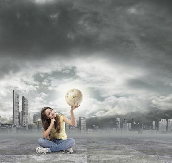 Dziewczyna zastanawia się jak walczyć ze smogiem